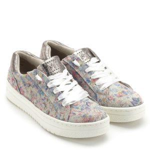 Marco Tozzi cipő vastag fehér gumi talppal, szatén fűzővel. A cipő nyelvén és kérgén csillogós betét található. Szellős, kényelmes, fiatalos cipő, nagyon könnyű súllyal. Talpbélése puha memóriahab. A Marco Tozzi új, tavasz/nyári cipő kollekciójának része - Marco Tozzi 2-23709-22 958