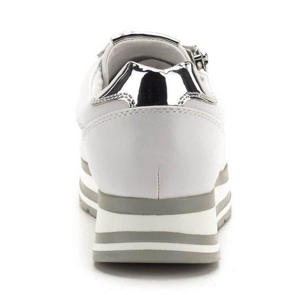 Fehér Marco Tozzi cipő puha memóriahabos talpbetéttel. A talpbetét a cipőből kivehető, könnyen cserélhető. A fehér felsőrész ezüst elemekkel díszített, nagyon kényelmes, trendi darab a Marco Tozzi új kollekciójából - Marco Tozzi 2-23717-32 197