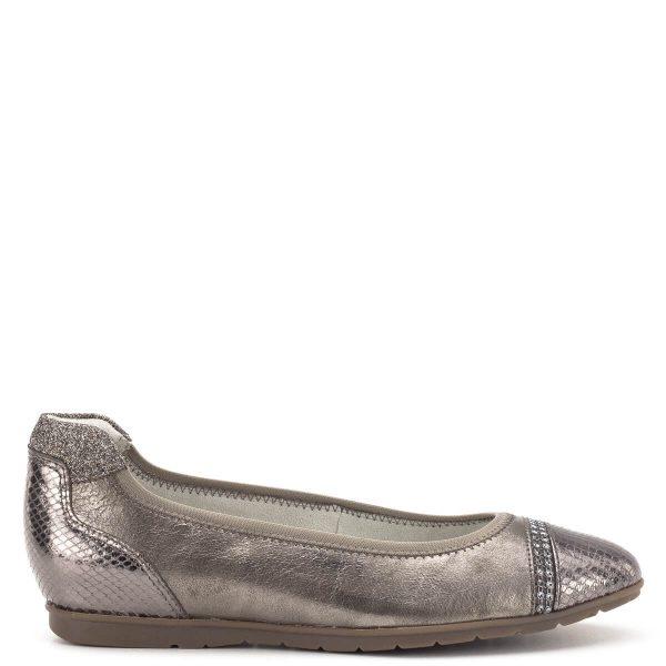 Tamaris cipő fémesen csillogó bronz színben, memóriahabos talpbéléssel. A cipő kérge magasított, ez által még stabilabban fogja a lábat. A balerina fazonú cipő sarka enyhén emelt (kb 2,5 cm), mely rejtve van, így annak is ajánljuk, aki a teljesen lapos cipőktől ódzkodik - Tamaris 1-22109-22 301