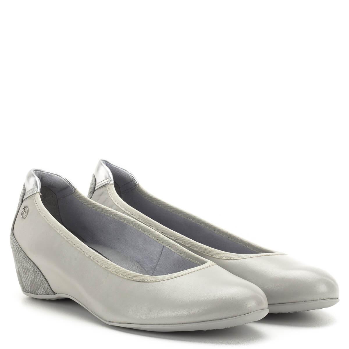1a9fd3e48231 Telitalpú Tamaris cipő memóriahabos Tamaris Touch It talpbéléssel. A cipő  sarka bevont, kérgén mintás ...