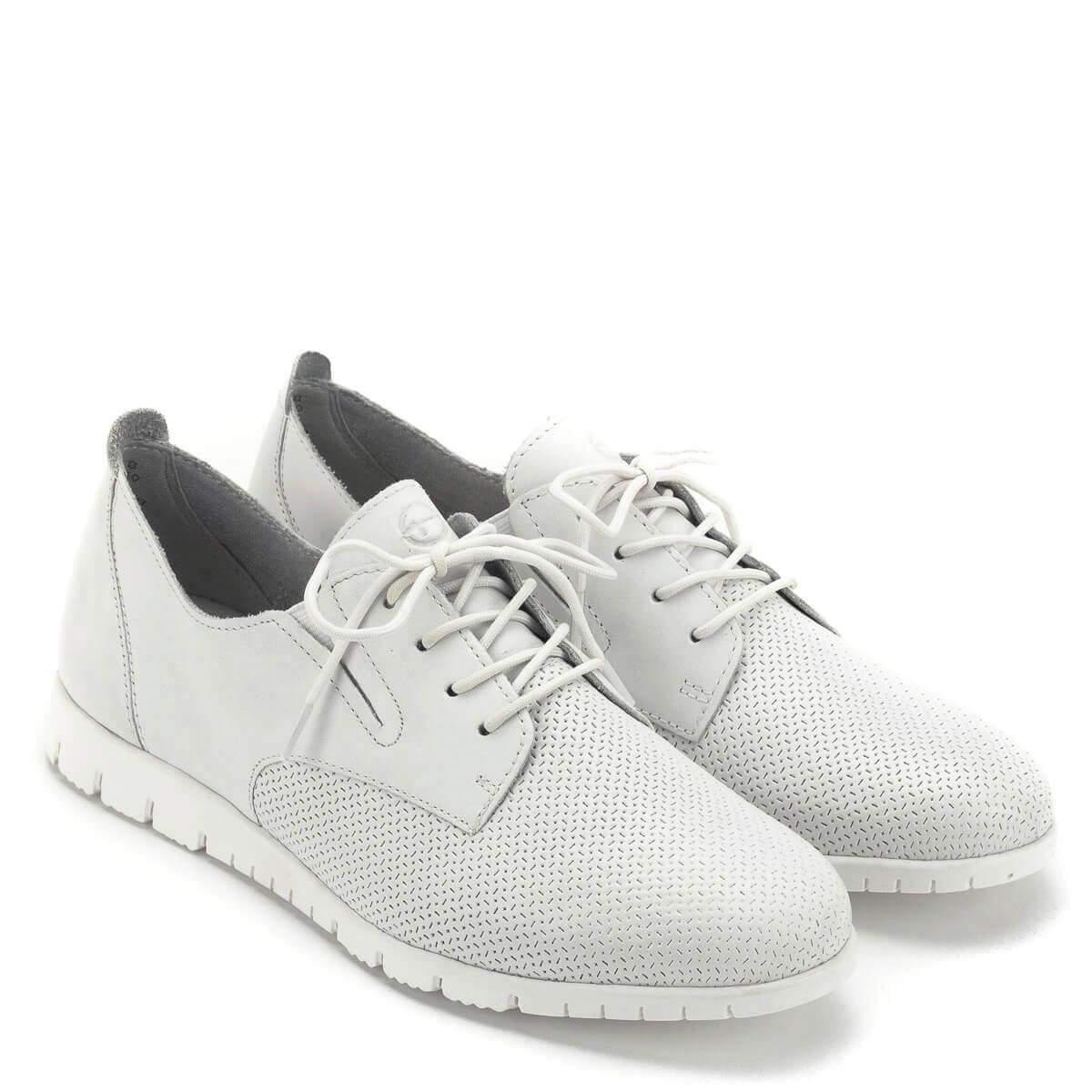 Fehér Tamaris cipő lapos talppal. Szellős bőr felsőrésszel és kivehető  talpbetéttel készült. Puha ... fb28954f62