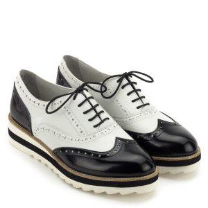 Tamaris cipő kétszínű bőrből. Markáns megjelenésű fűzős női cipő, a fekete-fehér felsőrész és a kétszínű talp vonzza a tekinteteket. A brogue cipő felsőrészét varrások, lyuggatások díszítik, sarka enyhén emelt. Kényelmes, könnyű cipő, talpbélése Tamaris Touch It technológiával készült - Tamaris 1-23717-22 125