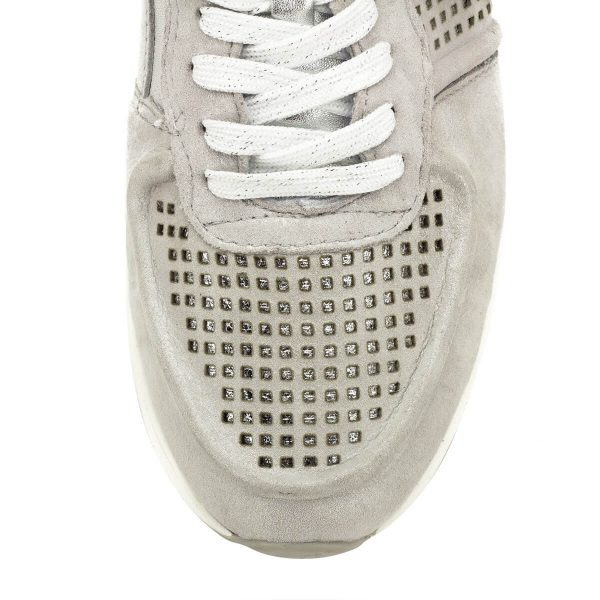 Ezüst színű Tamaris sneaker emelt sarokrésszel, fényes sarokkal, belső oldalán gumi toldással. Az enyhén emelt sarokrész biztosítja a láb kényelmes pozícióját, a cipő dizájnja pedig gondoskodik a fiatalos megjelenésről. A kerek orrformának köszönhetően a lábat nem nyomja, egész nap tökéletes kiegészítője a ruházatnak - Tamaris 1-23745-22 941