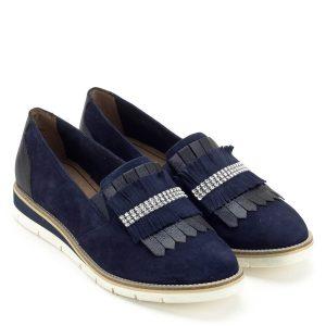 Kék Tamaris cipő, lábfejen magasabban záródó szabással. Elején bojtos díszítés található, valamint apró kövecskék teszik különlegessé. Tamaris Touch It talpbéléssel készült, a puha memóriahab kényeztetése egész nap végigkísér, tökéletes kényelmet biztosít. A cipő talpa sarokrészen enyhén emelt - Tamaris 1-24305-22 890