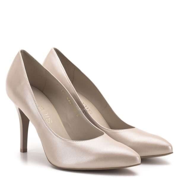 Anis cipő 9 centis sarokkal, bézs gyöngyház színben. A cipő egyszínű, mindenféle díszítés és díszvarrás nélkül készült, klasszikus hegyes orrú alkalmi cipő. A kiválóan kialakított saroknak köszönhetően a cipő viselésekor a 9 cm-es magasság kevésbé érződik.