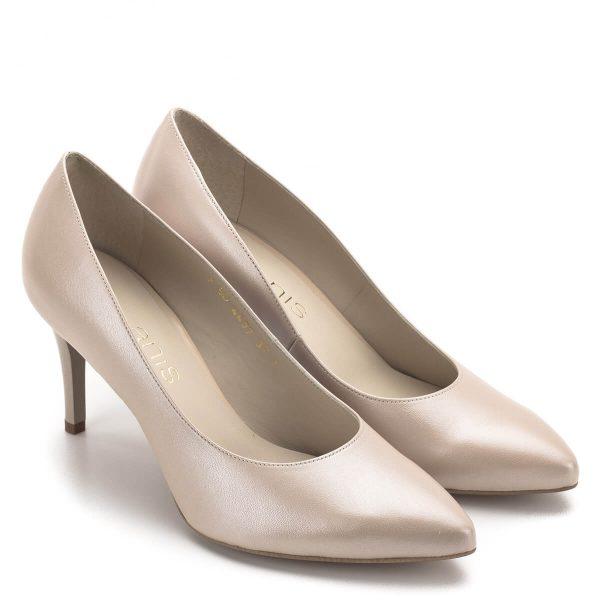 Bézs gyöngyház színű Anis cipő díszítés nélkül, puha bőr felsőrésszel és bőr béléssel. Elegáns női alkalmi cipő a klasszikus fazonok kedvelőinek, különleges gyöngyház fényű bőrből. Sarka 7,5 cm magas, hordható és stabil.