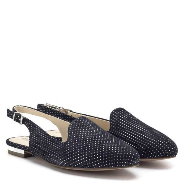 Caprice szandálcipő, elöl zárt, hátul nyitott. Sarokpántja csatos. A szandálcipő kívül-belül bőrből készült, színe sötétkék, ezüst színű pöttyökkel. A Caprice tavasz-nyári kollekciójának kedvelt darabja - Caprice 1-29400-22 811