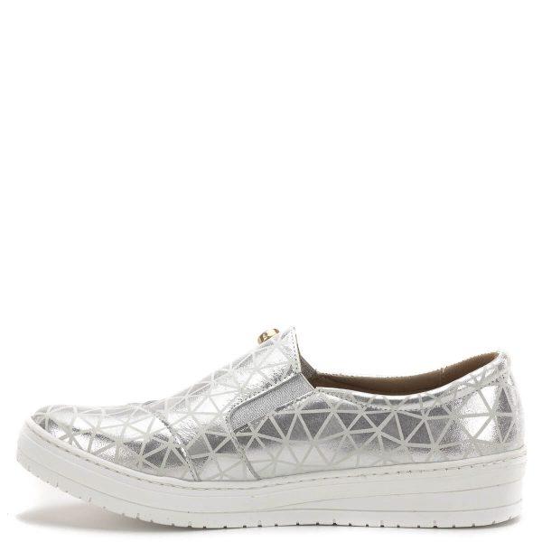 Carla Ricci cipő, lábfejen zárt, gumi betéttel. Ezüst színű bőrből, bőr béléssel készült, vastag gumi talppal. Puha párnás talpbélése kényelmet nyújt. A belebújós cipő fazon kedvelt a hétköznapokban, színe miatt jól kihasználható.