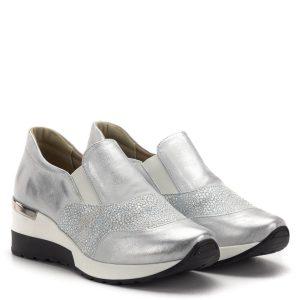 d2897bdc02 Carla Ricci cipő vastag gumi talppal ezüst színben. A cipő orrán és  oldalában strukturált bőr