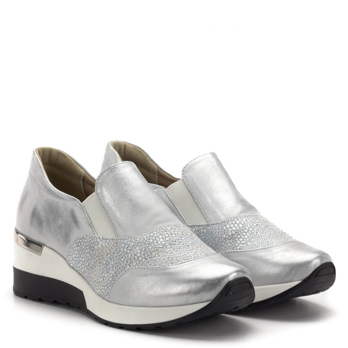 e07ff56c6d Carla Ricci cipő vastag gumi talppal ezüst színben. A cipő orrán és  oldalában strukturált bőr ...