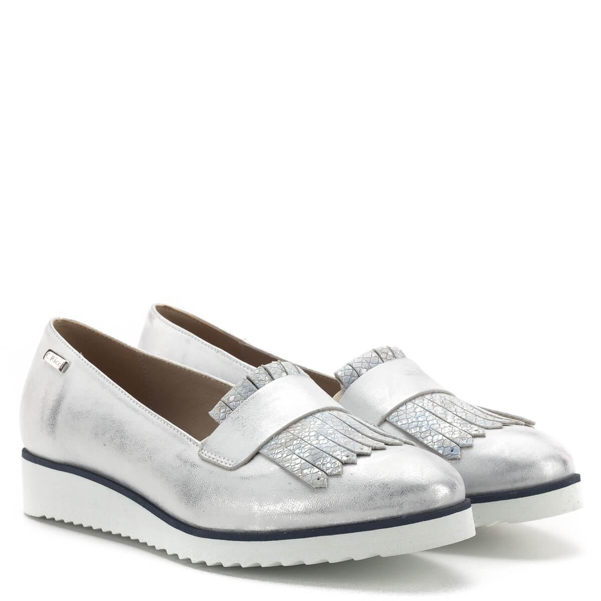 2025681a71 A cipő anyaga; Carla Ricci cipő, fémesen csillogó ezüst színben, sarka  enyhén emelt.