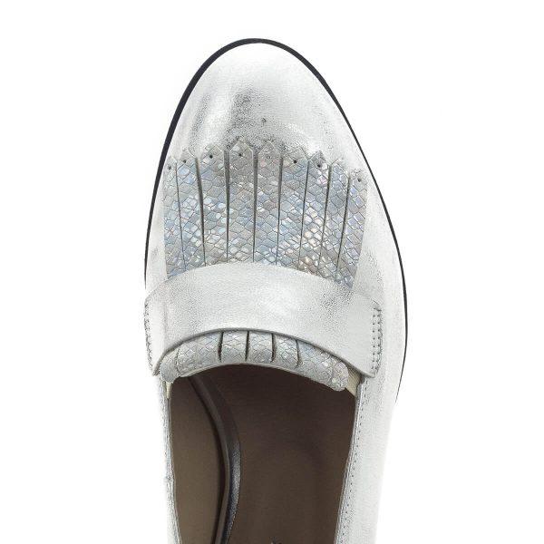 Carla Ricci cipő, fémesen csillogó ezüst színben, sarka enyhén emelt. A cipő anyaga kívül belül bőr, orra díszített. Kényelmes, könnyű belebújós cipő.