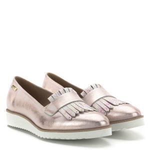 Carla Ricci cipő, fémesen csillogó rózsaszín színben, enyhén emelt sarokrésszel. Anyaga kívül belül bőr, a cipő orra díszített. Kényelmes, könnyű belebújós cipő.