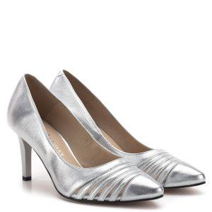 Carla Ricci cipő ezüst színben, 7,5 cm magas sarokkal. Kívül-belül bőr cipő, sarka stabil, kényelmes. A cipő orrát díszítő csíkokat belülről hálós anyag köti össze.