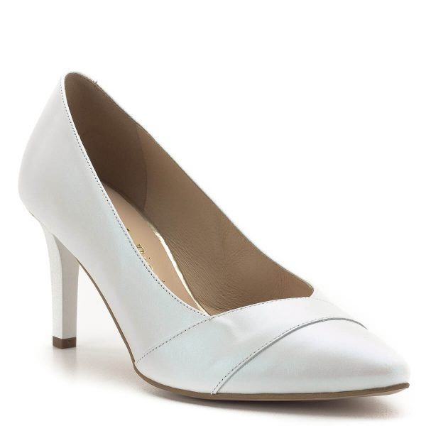 Carla Ricci cipő gyöngyházfehér színben, 7,5 cm magas sarokkal. Esküvői cipőnek, menyasszonyi cipőnek is tökéletes, de bármely alkalomra, vagy akár hétköznapra is kiváló viselet. A fehér alkalmi cipő bőr béléssel, bőrből készült. Jó sarokállású, kényelmes cipő.