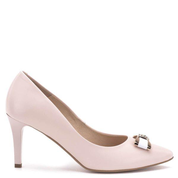 Carla Ricci cipő, orrán köves masni dísszel. Halvány púder színű alkalmi cipő 7,5 cm magas sarokkal. Anyaga bőr, bélése bőr. Kecses, nőies magassarkú, mely a megfelelő talpívnek és a jó sarokállásnak köszönhetően nagyon kényelmes.