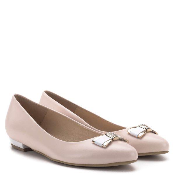 Carla Ricci lapos alkalmi cipő, elején masni díszítéssel. A cipő orra enyhén nyújtott, bélése és felsőrésze egyaránt bőr. A kellemes púder színű cipőhöz nagyon könnyű megfelelő ruhadarabot találni, szinte minden viselethez passzol. A lapos cipők kedvelőinek nagy kedvence ez a balerina fazonú bőr cipő, mely hétköznap és a legszebb alkalmakon is megállja a helyét.