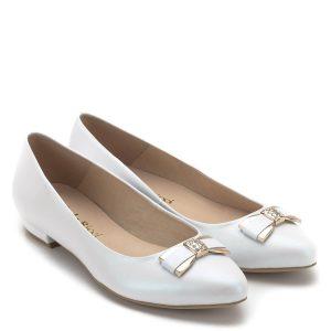 7e00fbcc0f Carla Ricci cipő lapos sarokkal. Alkalmi cipő gyöngyházfehér színben,  elején arany színű köves masni