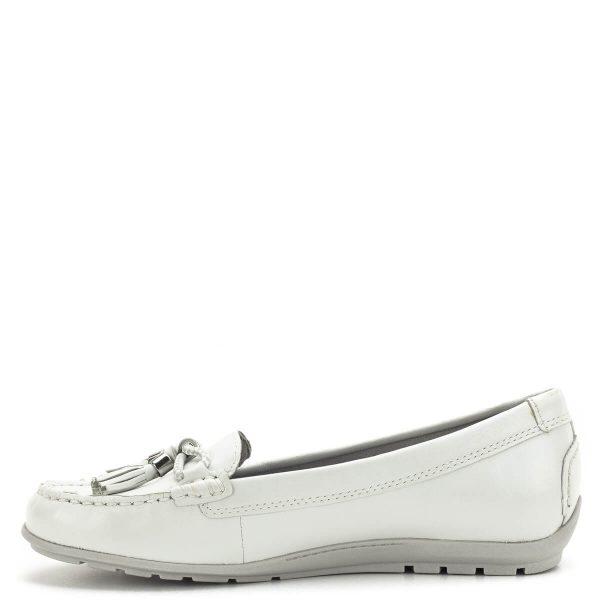 Tamaris cipő törtfehér színben, kivehető Touch It memóriahabos talpbetéttel. A cipő orrán található díszítés eltávolítható. A Tamaris mokaszin cipők puha bőr felsőrésszel készülnek, kifinomult, visszafogott viselet a lapos cipők kedvelőinek, rugalmas talppal - Tamaris 1-24602-22 117