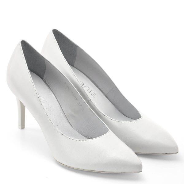 Fehér Anis cipő díszítés nélkül, puha bőr felsőrésszel és bőr béléssel. Elegáns női alkalmi cipő a klasszikus fazonok kedvelőinek, esküvői cipőnek. Sarka 7,5 cm magas, hordható és stabil. - Anis cipő 4497 WHITE SK
