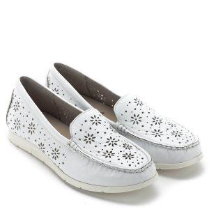 Caprice cipő szellős lyukacsos felsőrésszel. Bélése és felsőrésze egyaránt természetes bőr, talpa hajlékony gumi. A cipő a lábra simul, nagyon kényelmes, vajpuha anyagból készült. A Caprice mokaszin cipője a tavaszi, nyári sétákon kiválóan egészíti ki a ruházatot - Caprice 9-24551-22 102