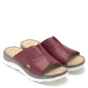 Marco Tozzi papucs piros bőr felsőrésszel, puha talpbéléssel. A papucs zárt felsőrésze körülöleli a lábat, jól tart, enyhén emelt sarokrésze egész nap kényelmes. A Feel Me talpbélés igazodik a láb formájához - Marco Tozzi 2-27503-22 500