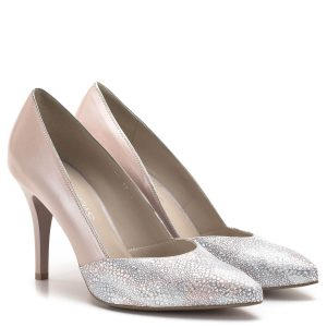 Anis cipő, mely kétféle bőr kombinálásával készült. A hátsó rész gyöngyház hatású rózsaszín bőr, a cipő orrához pedig mintás (rózsaszín/ezüst) bőr anyag került felhasználásra. Bélése természetes bőr, sarka 8,5 cm magas. Kényelmes női alkalmi cipő. - Anis 4749 PLAZA7 / SYLWIA