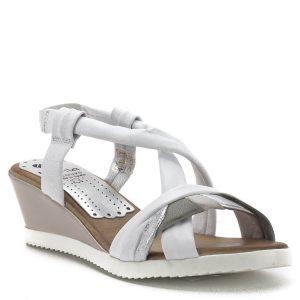 Telitalpú Marila szandál a spanyol cipőgyártó 2019-es kollekciójából. Pántjai csat nélkül készültek, a kiváló minőségű, tartós gumírozásnak köszönhetően jó tartást biztosít. A szandál teljesen bőrből, talpbélése puha, párnázott. - 622 AZ-25 BCO/GRIS/PLATA