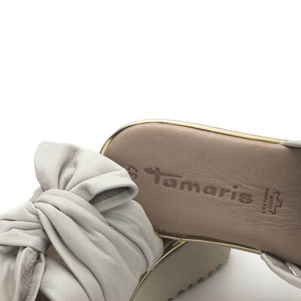 Tamaris papucs - Divatos női papucs a Tamaris nyári kollekciójából. Fiatalos, divatos és nagyon kényelmes fazon vastag talppal, nagy méretű csomó dísszel. Puha memóriahabos Touch It talpbéléssel készült.