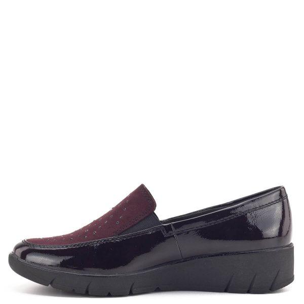 Sötétbordó Jana cipő vastag, hajlékony gumi talppal, enyhén emelt sarokkal. A cipő széle lakk, zárt eleje apró kövecskékkel díszített textil felső. A kivehető Jana Relax talpbélés 100%-os komfortot biztosít. A H szélességű talp és a kerek orr a biztosítja a láb kényelmes elhelyezkedését. A Jana Relax cipőben garantált az egész napos kényelem és a tökéletes megjelenés.