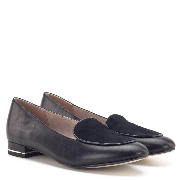 Elegáns fekete kis sarkú Tamaris cipő puha bőrből. A cipő sarká arany fém csík díszíti. Anyaga bőr, elején velúr bőr anyagból készült. A memóriahabos Touch It talpbélés garantálja az egész napos kényelmet - Tamaris 1-24201-33 001