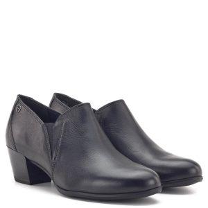 Zárt Tamaris cipő fekete színben, 5 cm magas ANTIshokk sarokkal. Talpa vastag gumi, talpbetétje kivehető, bőr felsőrészében két oldalt gumi betét található. Az ANTIshokk sarok a gerinc terhelését csökkenti - 1-24400-23 001