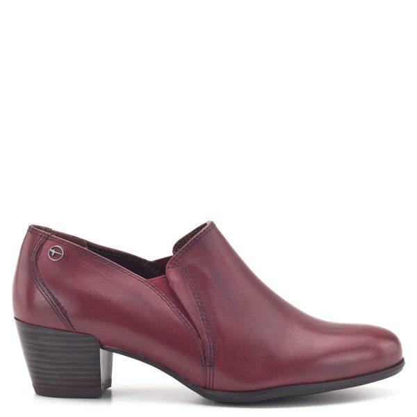 Zárt Tamaris cipő antikolt bordó színben. 5 cm magas ANTIshokk sarokkal, vastag gumi talppal készült. Talpbetétje kivehető, bőr felsőrésze két oldalt gumi toldást kapott - 1-24400-23 501