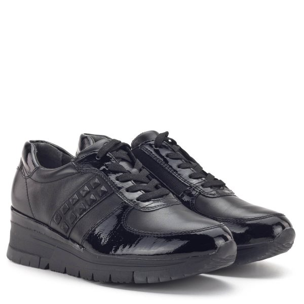 Tamaris sneaker fekete színben, lakk részekkel. A fűzős cipő enyhén emelt sarokrésze és PureRelax talpbélése tökéletes kényelmet nyújt. Fiatalos, divatos fazon. Tamaris 1-23720-33 074
