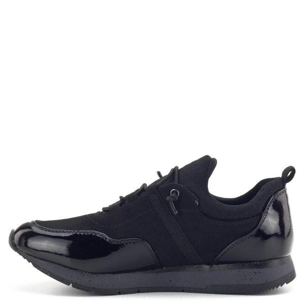 Tamaris sneaker fekete színben, elején és sarkán lakk részekkel. Puha Touch It talpbéléssel készült, a Tamaris-kényelem minden lépésnél elkíséri viselőjét. Fűzője gumiból készült. Nagyon kényelmes, fiatalos fazon.