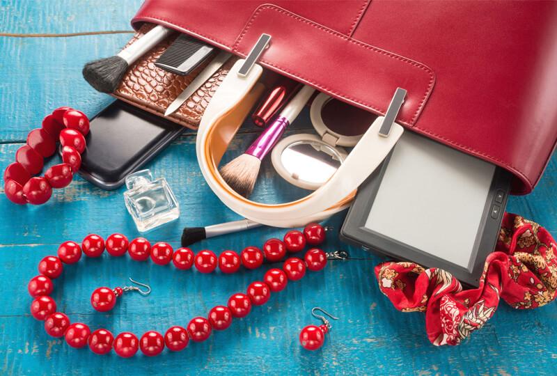 Bordó női táska tartalma kihullott az asztalra. Mit rejtenek a női táskák?