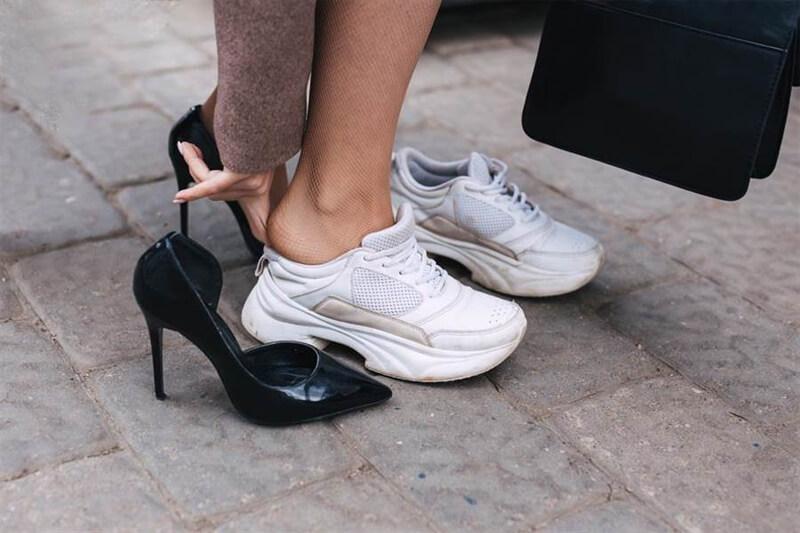 Cipőválasztási tippek irodai környezetbe nőknek. Egy kényelmes sneaker kihúz a bajból.