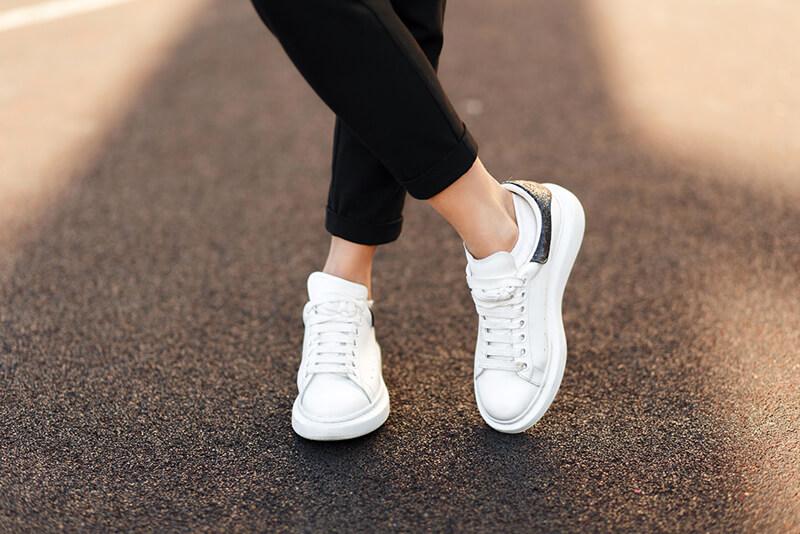 Fehér sneaker, az örök klasszikus