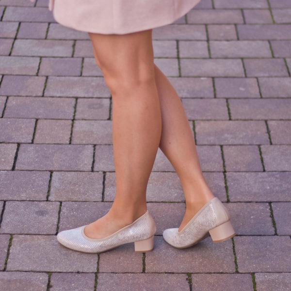 Kis sarkú Bioeco női körömcipő bézs-barna színben. Sarka 4 cm magas 10